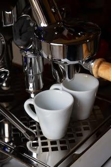 Máquina de café, coador, vista de close-up. fundo da barra.