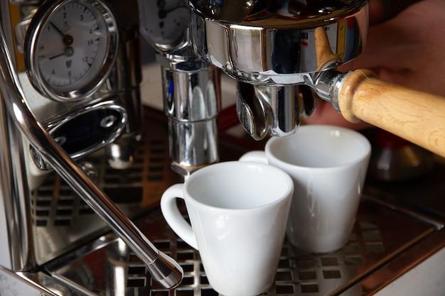Máquina de café, coador, vista de perto. fundo da barra.