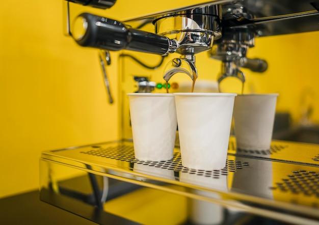 Máquina de café com duas xícaras