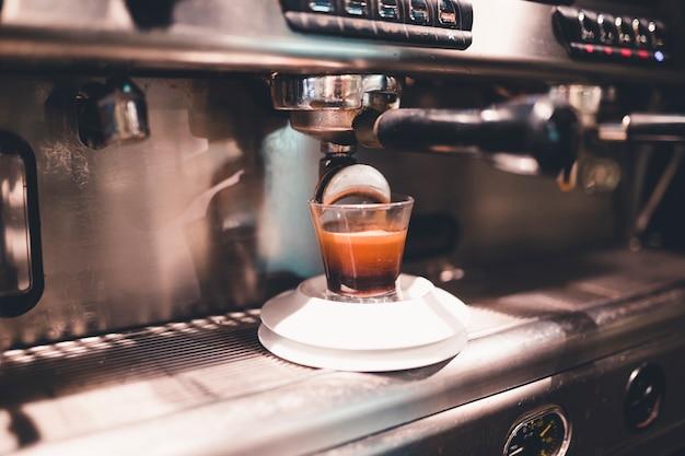 Máquina de café derramando bebida