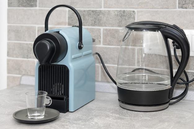 Máquina de café e chaleira elétrica na cozinha