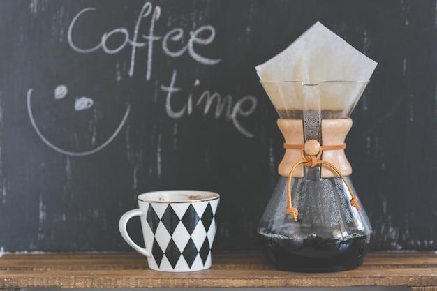 Máquina de café e copo