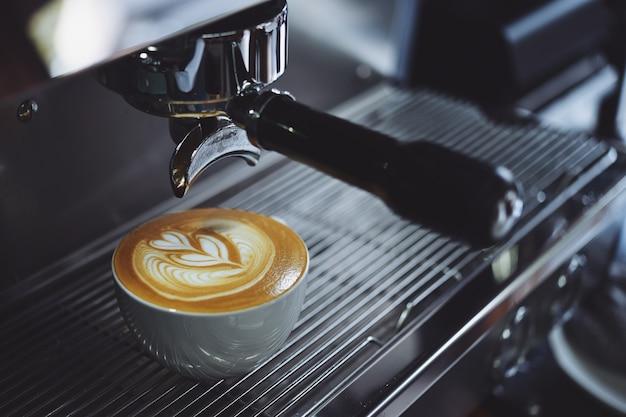 Máquina de café enchendo um copo