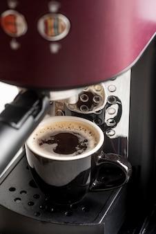Máquina de café expresso close-up com uma xícara