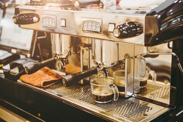 Máquina de café expresso closeup fazendo café fresco em tom de cor vintage de café