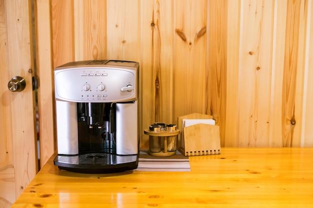 Máquina de café expresso na mesa woden