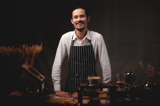 Máquina de café expresso no café, barista profissional preparando uma bebida quente com cafeína com uma xícara no bar de uma loja ou restaurante, cafeteria moderna, cafeteira de cappuccino marrom