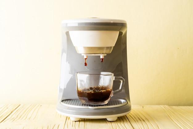 Máquina de café fazendo café
