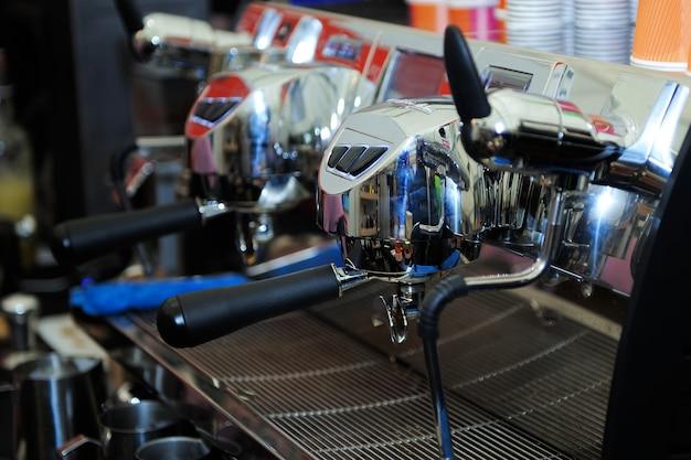Máquina de café industrial profissional em um bar.
