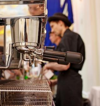 Máquina de café na cafeteria com baristas