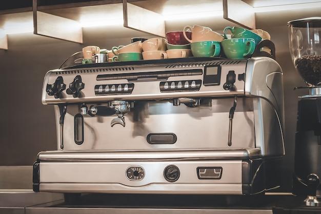 Máquina de café profissional com círculos coloridos em cima da máquina de café