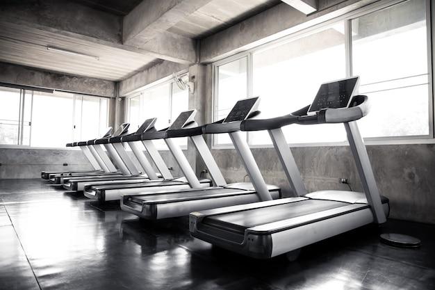 Máquina de cardio no ginásio com modernos equipamentos de fitness para eventos de fitness e muito mais. moderno do interior do ginásio com equipamento. equipamento desportivo no ginásio.