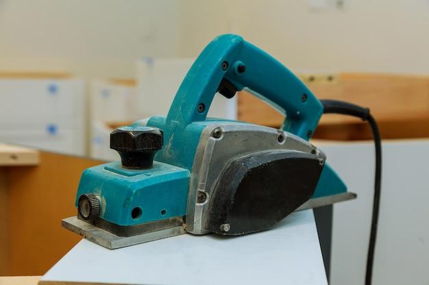 Máquina de carpintaria com avião durante o processamento.