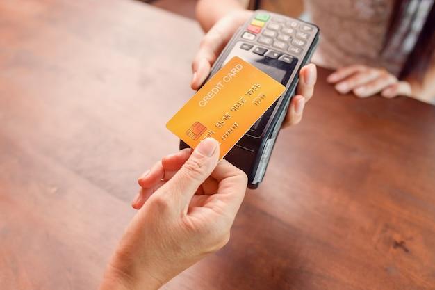 Máquina de cartão de crédito de maquete para pagamento de transação de dinheiro. momento de pagamento com cartão de crédito por meio de terminal.