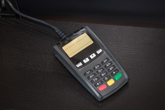 Máquina de cartão de crédito isolada no branco