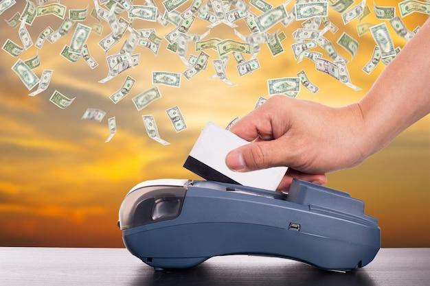 Máquina de cartão de crédito para pagamento de suas compras online.