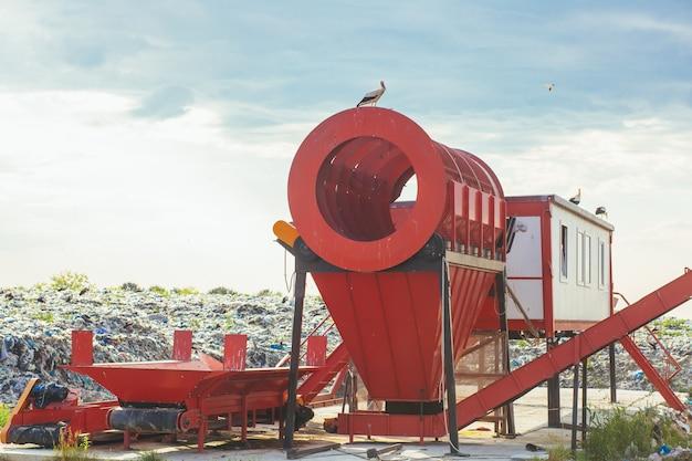 Máquina de classificação em um grande aterro