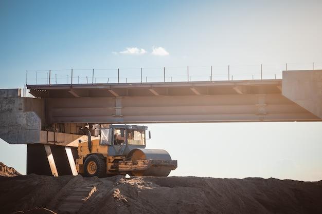 Máquina de construção de estradas. rolo de estrada.