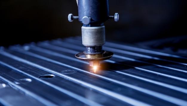 Máquina de corte a laser cortando os furos em tubos.