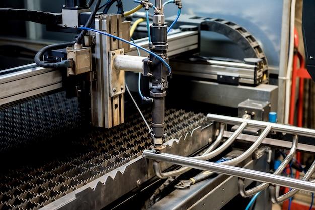 Máquina de corte a laser cortando os orifícios em tubos
