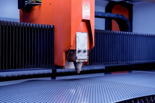 Máquina de corte a laser cortando uma folha de metal