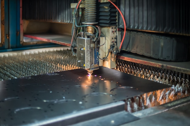 Máquina de corte a laser para corte de chapa de aço na fábrica
