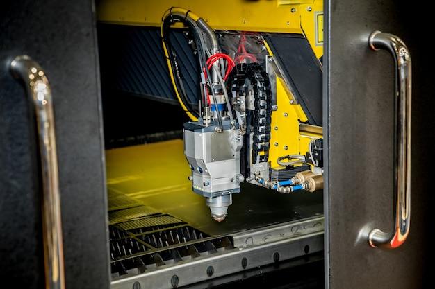 Máquina de corte a laser, visualização de perto de processamento de metal