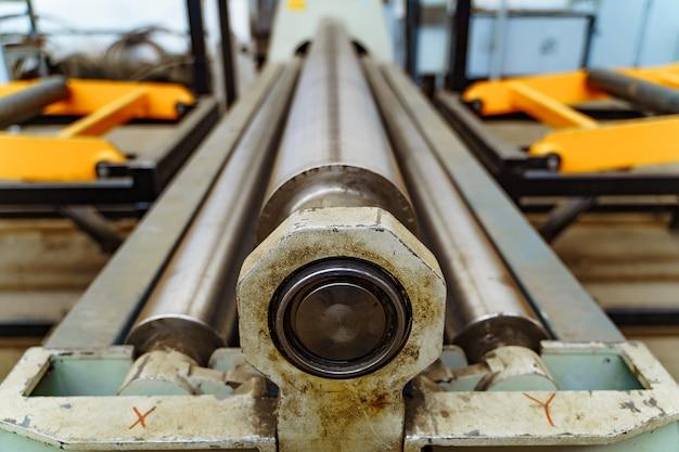 Máquina de corte de metal em aço pelo torno cnc na oficina