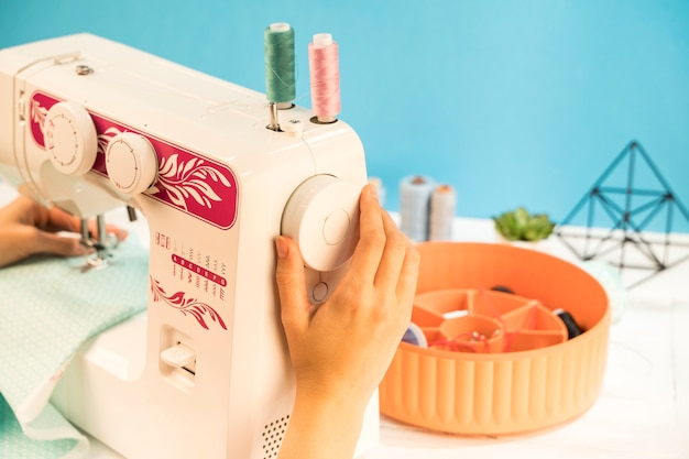 Máquina de costura com fundo azul