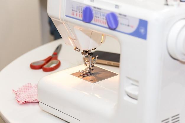 Máquina de costura com luz acesa durante o trabalho