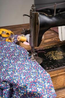 Máquina de costura com material estampado de flores