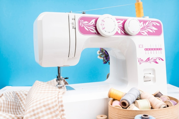 Máquina de costura com pano estampado
