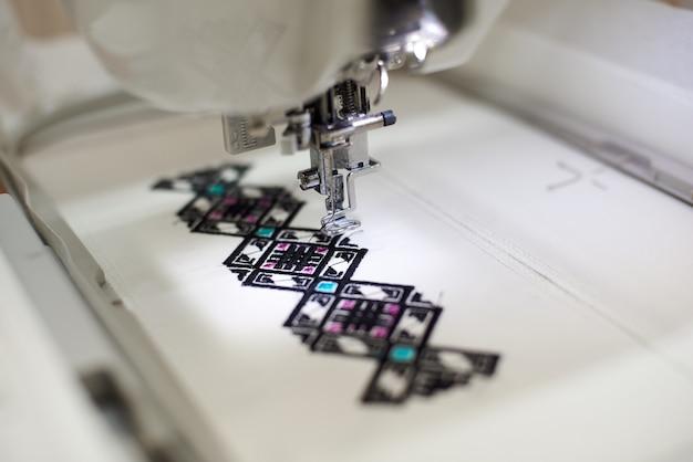 Máquina de costura criando um padrão geométrico abstrato colorido