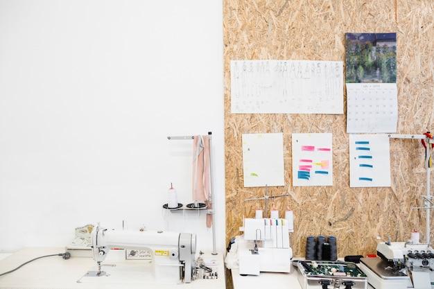 Máquina de costura e acessórios na mesa de trabalho na loja