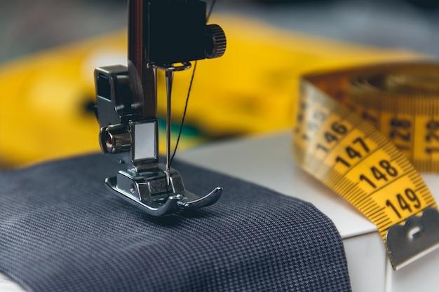Máquina de costura e item de vestuário