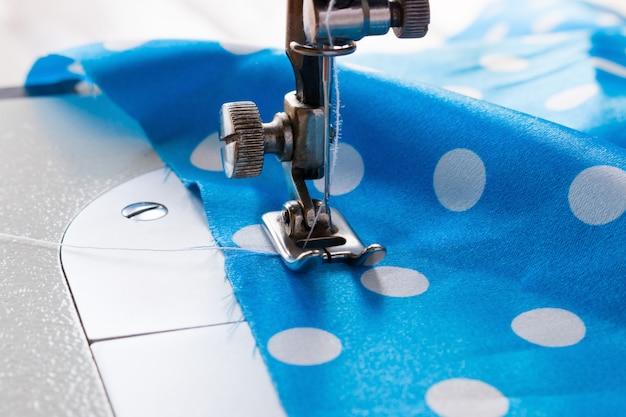 Máquina de costura e tecido azul