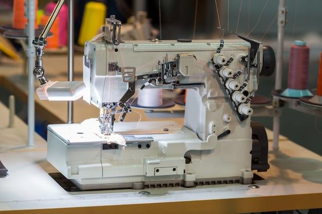 Máquina de costura e tecido na oficina de corte, ninguém