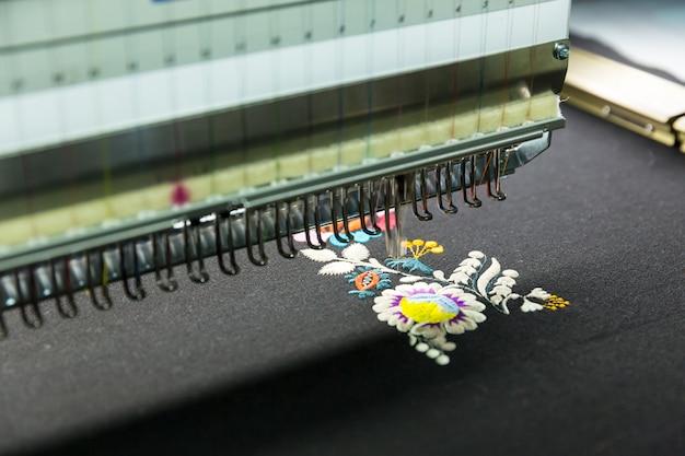 Máquina de costura em funcionamento, tecido, ninguém
