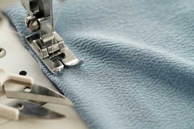 Máquina de costura funcionando
