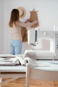 Máquina de costura na mesa da alfaiataria