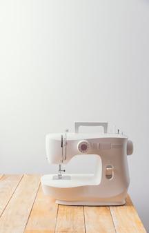 Máquina de costura na mesa de madeira