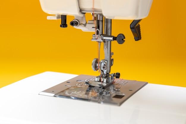Máquina de costura na mesa na oficina de alfaiate