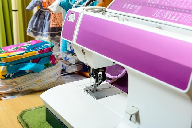 Máquina de costura na oficina de uma costureira