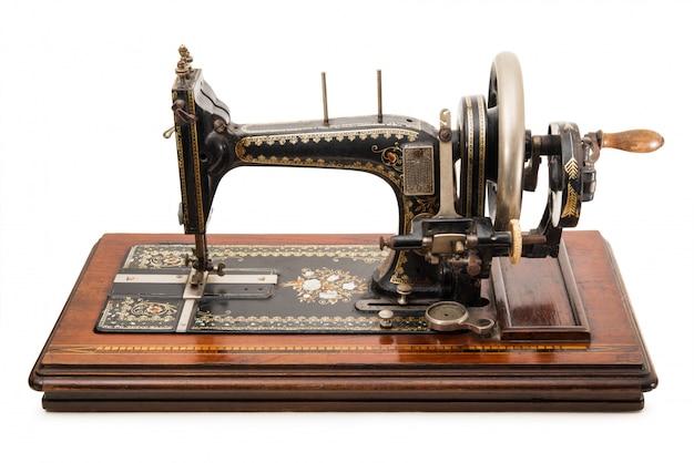 Máquina de costura no fundo branco