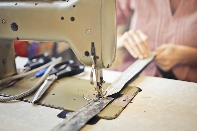 Máquina de costura no trabalho