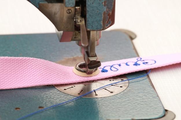 Máquina de costura que bordou escrito