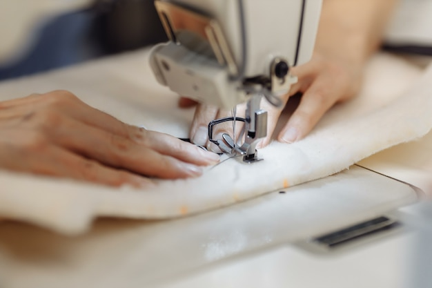 Máquina de costura rabiscando tecido