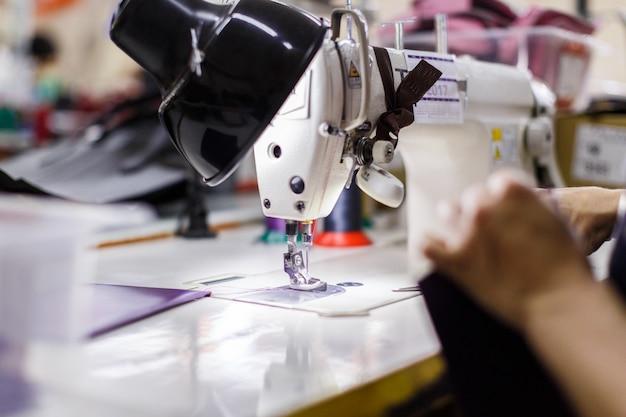 Máquina de costura sob a lâmpada