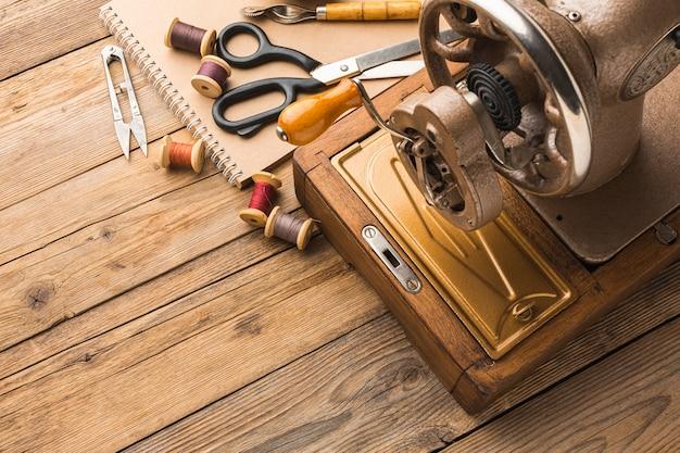 Máquina de costura vintage com linha e espaço de cópia
