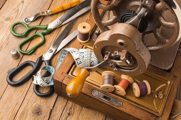 Máquina de costura vintage com linha e fita métrica